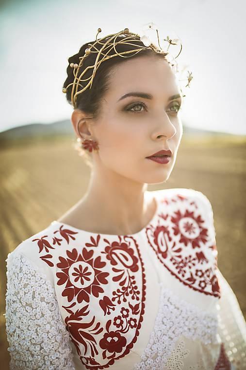 Mosadzný exkluzívny konárikový venček s kvetmi, ruženínmi a guličkami - Slavianka