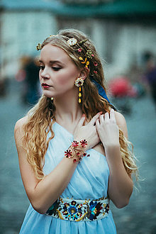 Ozdoby do vlasov - Mosadzný jedinečný venček s červenými kvetkami, žltou perleťou a kvetmi s ulitami - Slavianka - 8880216_