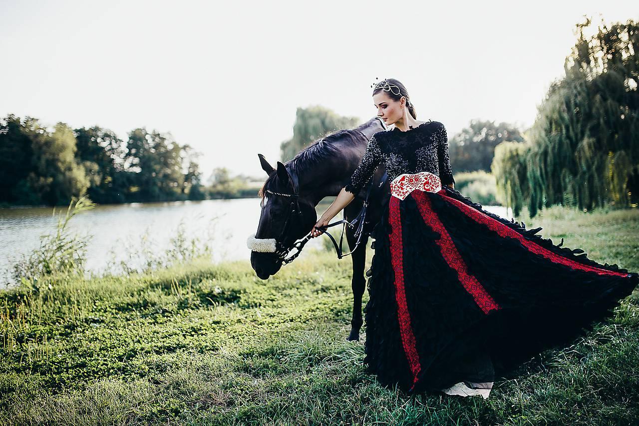50ce728ed6a7 ... Zľava - 35% Čierne lupienkové šaty Slavianka ...