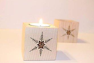 """Svietidlá a sviečky - Malý drevený svietnik """"S vločkou na nose"""" - 8883381_"""