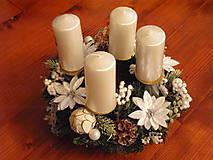 Dekorácie - Biely adventný veniec s vianočnými kvetmi - 8880016_