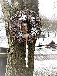 Dekorácie - Zimný šiškový veniec s medvedíkom - 8885229_
