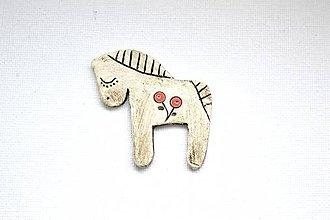 Odznaky/Brošne - Keramická brošňa Snívajúci koník - 8885227_