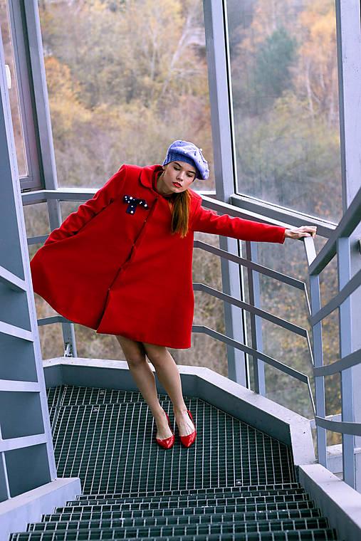 Červený áčkový kabát