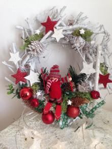 Dekorácie - Vianočny veniec lyziar-30cm-zlava - 8885487_