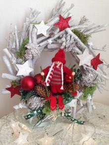 Dekorácie - Vianočny veniec 30cm lyziarka-zlava - 8885492_