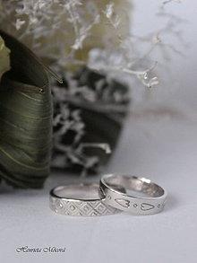 Prstene - Zlaté obrúčky s folklórnym ornamentom - 8888051_