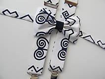 Doplnky - Pánsky motýlik a traky- Čičmany set v bielom s modrým vzorom - 8895531_