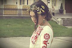 Mosadzné náušnice so smotanovými kvetkami a zelenými jadeitmi - Slavianka