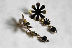 Náušnice - Mosadzné dlhé čierne kvetinové náušnice s čiernym achátom - Slavianka - 8899709_