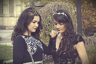 Ozdoby do vlasov - Jedinečná mosadzná čelenka s čiernymi kvetmi a červenými jadeitmi - Slavianka - 8899512_