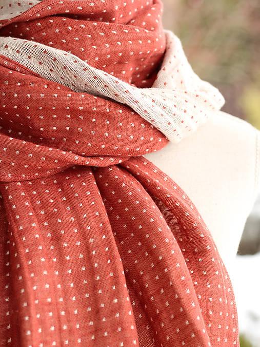 Šály - Dámsky bodkovaný hrejivý ľanový šál s koženým remienkom - 8898910_