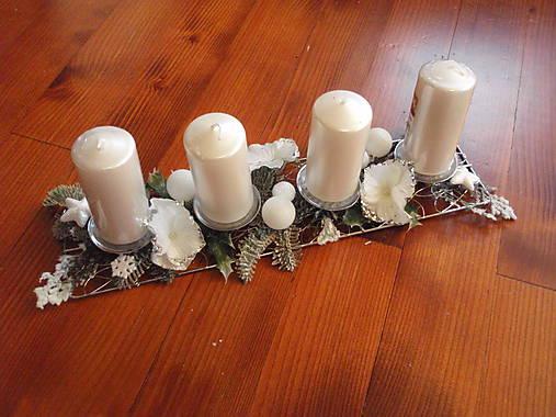 Kovová adventný svietnik s bielymi hortenziami