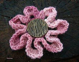 Odznaky/Brošne - Háčkovaná brošňa Kvet s efektnou gombičkou - 8903070_