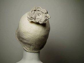 Čiapky - Bielo-béžová Vintage čiapka s kvetom - 8906573_