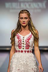 Náušnice - Mosadzné dlhé náušnice s trblietavými červenými kvetmi a jadeitmi - Slavianka - 8906668_