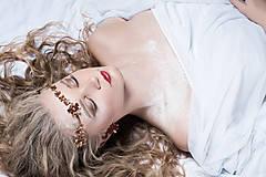 Ozdoby do vlasov - Jednoradová mosadzná čelenka s trblietavými červenými kvetmi - Slavianka - 8906707_