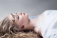 Ozdoby do vlasov - Jednoradová mosadzná čelenka s trblietavými červenými kvetmi - Slavianka - 8906708_