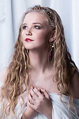 Ozdoby do vlasov - Jednoradová mosadzná čelenka s trblietavými červenými kvetmi - Slavianka - 8906712_