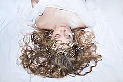 Ozdoby do vlasov - Exkluzívny konárikový biely kvietkový venček s prírodnými bielymi jadeitmi a listami - Slavianka - 8907180_