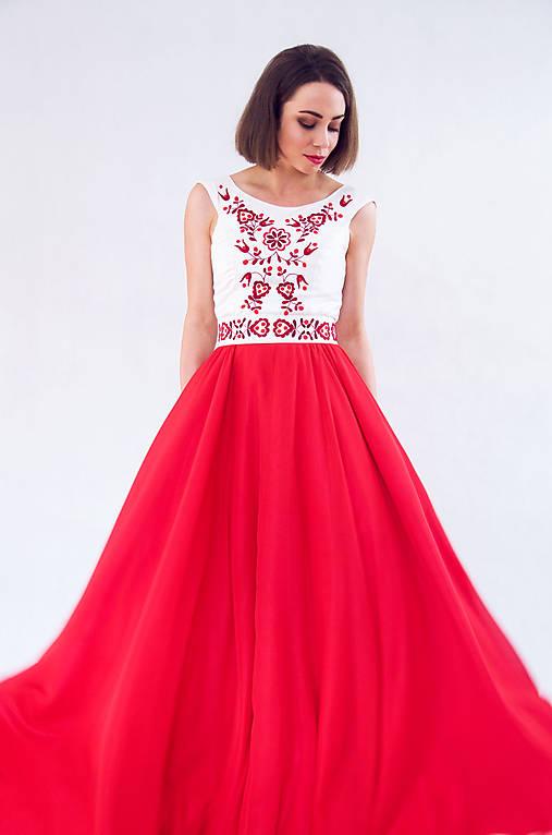 Červené vyšívané šaty