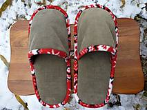 Menčestrové papuče s bielo-červeným lemom