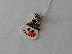Dekorácie - snehuliak v štrikovanej čiapke vianočná ozdoba - 8911863_
