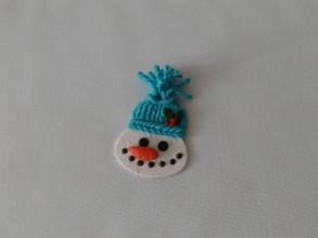 Dekorácie - snehuliak v štrikovanej čiapke vianočná ozdoba - 8911916_
