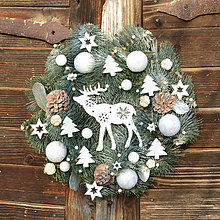 Dekorácie - Vianočný veniec na dvere so sobíkom - 8914590_