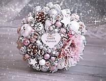 Dekorácie - Zasnežený vianočný veniec ružový - 8916695_