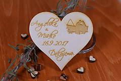 Gravírovaná drevená svadobná magnetka ako darček na redový tanec 107