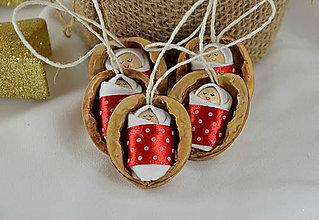 Dekorácie - Vianočné oriešky s bábätkom, červená stuha - 8921743_