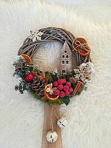Dekorácie - Vianočný veniec s domčekom a rolničkami - 8924193_