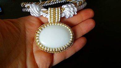 Náhrdelníky - bead embroidery zlato-biely šitý náhrdelník z rokajlu - 8924052_