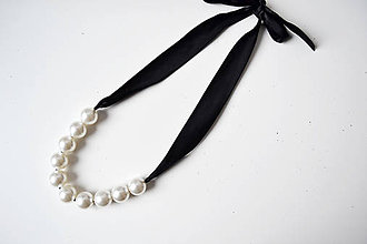 Náhrdelníky - Perlový náhrdelník na stužke - 8926737_