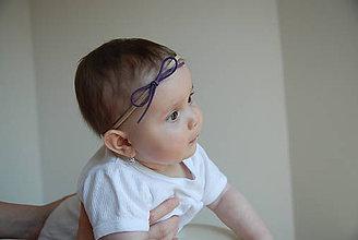 Detské doplnky - Dievčenská nylonová čelenka – mašlička zo semišovej šnúrky - zvoľ si farbu podľa seba - 8934538_
