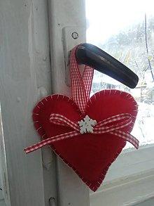 Dekorácie - Vianočné červené srdiečko s vločkou - 8933307_