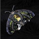 Odznaky/Brošne - Brošňa Nočný motýľ z flitrov a korálkov - 8934474_
