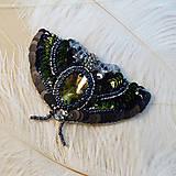 Odznaky/Brošne - Brošňa Nočný motýľ z flitrov a korálkov - 8934475_
