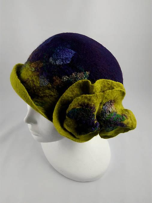 c232f1a6b Vintage klobúk s kvetom, plstený z Merino vlny, fialovo-zelený ...