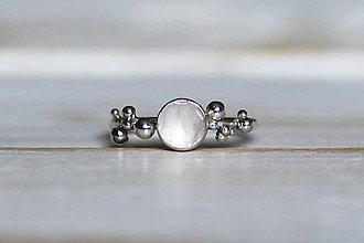 Prstene - Strieborný ligotavý prsteň s ruženínom - Bokeh Rose - 8939907_