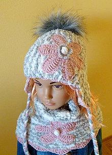 Detské čiapky - Sedo biela kozusinkova s pudrovo ruzovymi kvetinami SKLADOM - 8942023_