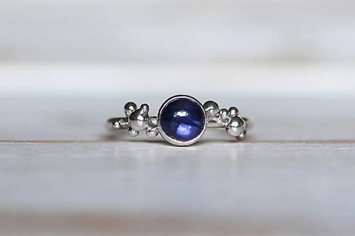 Strieborný ligotavý prsteň - Bokeh Iolit