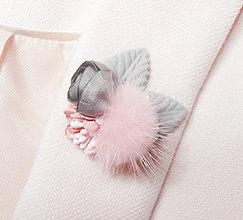 Odznaky/Brošne - Ružová sivá kožušinová kvetinová brošňa pin - 8943235_