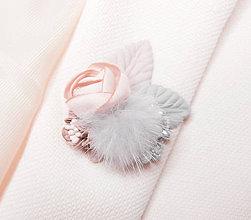 Odznaky/Brošne - Púdrová sivá kožušinová kvetinová brošňa pin - 8943254_