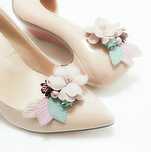 Obuv - Pastelové kvetinové klipy na topánky s perličkou - 8943264_