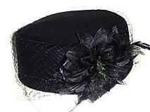 - Okrúhly dámsky čierny klobúčik - 8946587_