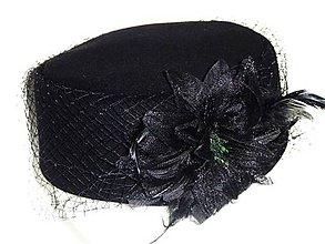 Čiapky - Okrúhly dámsky čierny klobúčik - 8946587_