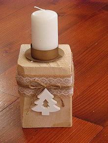 Svietidlá a sviečky - Drevený vianočný svietnik s jutou a stromčekom - 8949376_