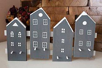Dekorácie - Drevený vešiak - štyri domčeky - 8956147_